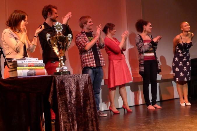 Applaus: Finalistene i NM i poesislam 2011 klapper for seg selv under finalen på Caféteatret i Oslo. Foto: Vibeke Røgler/Foreningen !les.