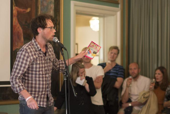 Den danske slammeren Peter Dyrborg begeistret  publikum i Holbølsalen fredag. Foto: Vibeke Røgler/Foreningen !les