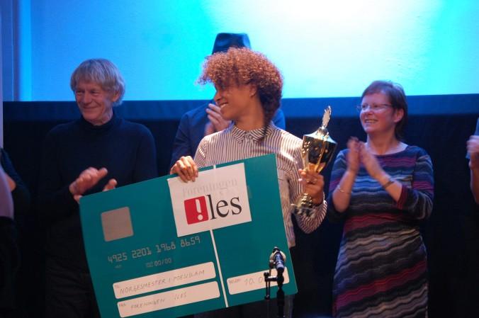 Verdensmester: Evelyn Rasmussen Osazuwa fra Oslo ble nylig kåret til verdensmester i poesislam under mesterskapet i Paris. Her fra finalen i fjor hvor ble ny norsk mester. Foto: Lene Brennodden